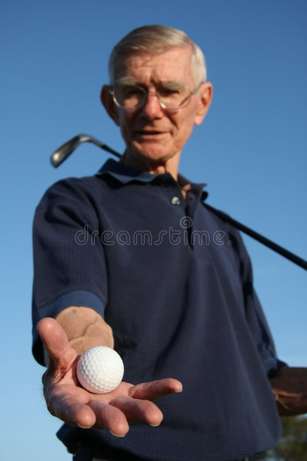 удерживание игрока в гольф шарика стоковое фото
