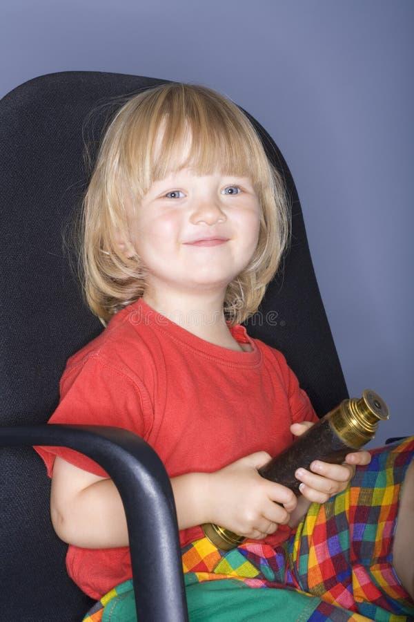 удерживание мальчика биноклей стоковое изображение rf