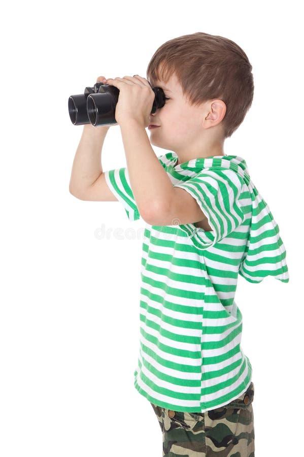 удерживание мальчика биноклей стоковое фото rf