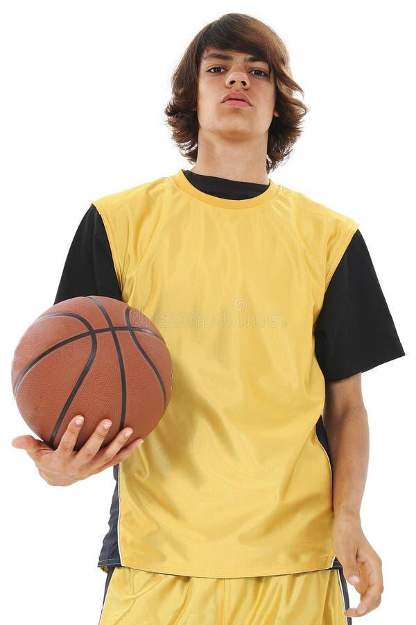 удерживание мальчика корзины шарика над предназначенный для подростков белизной стоковое фото rf