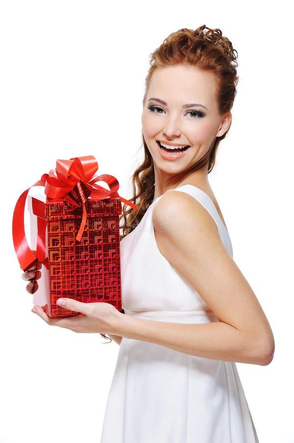 удерживание подарка смеясь над милыми детенышами женщины стоковое изображение