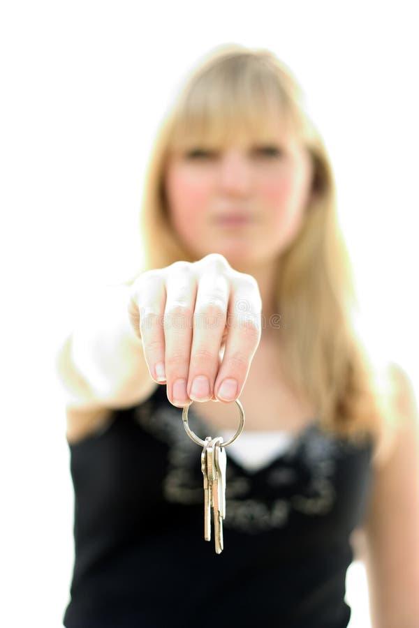 удерживание пользуется ключом женщина стоковая фотография rf