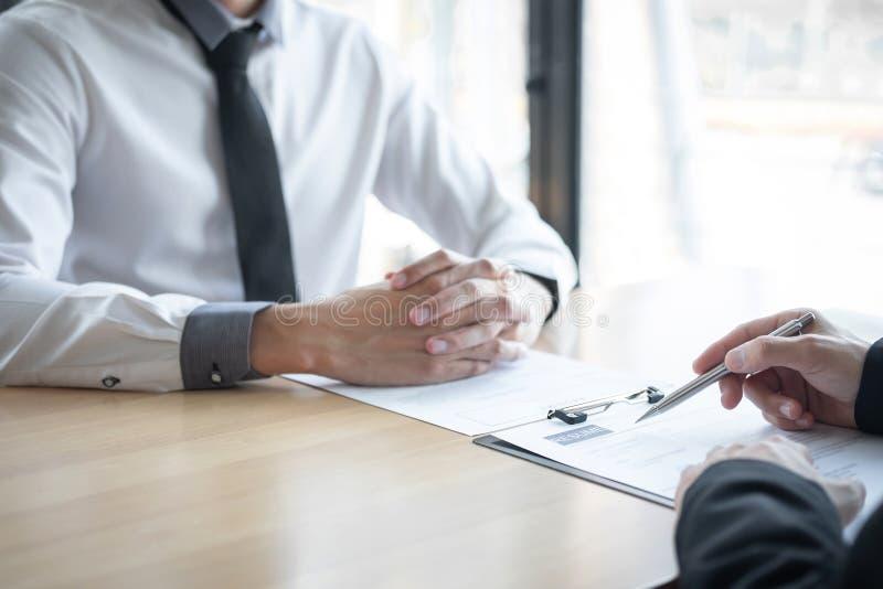 Удерживание работодателя или специалиста по набору персонала читая резюме во время около colloquy его профиль выбранного, работод стоковое фото rf