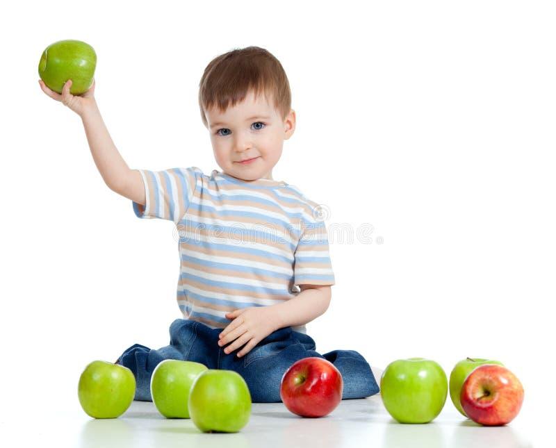 удерживание ребенка яблока милое зеленое стоковые фото