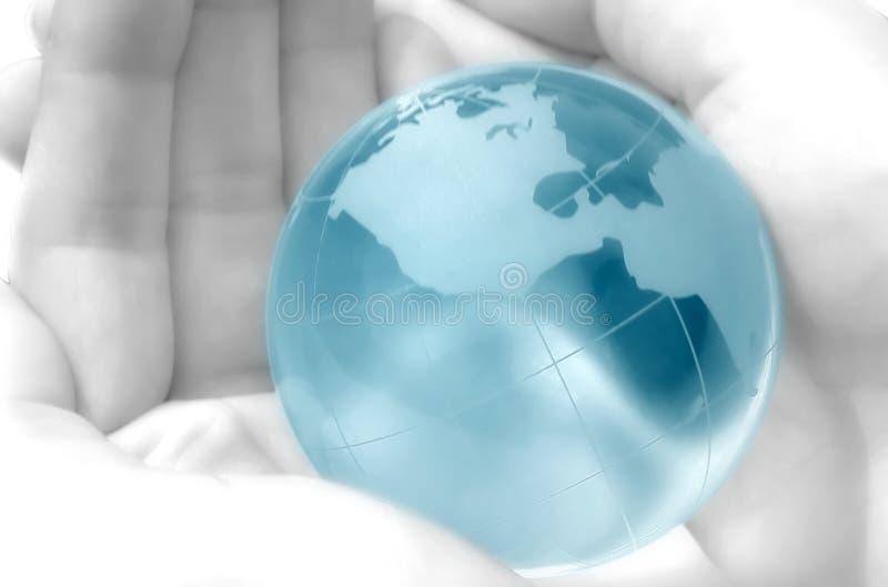удерживание руки глобуса стоковая фотография