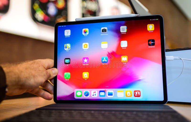 Удерживание руки нового планшета iPad компьютеров Эпл Pro мужское стоковое изображение rf
