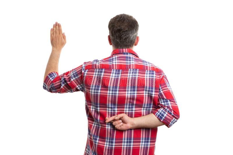 Удерживание человека пересекло пальцы за задней частью как поддельная присяга стоковые фотографии rf