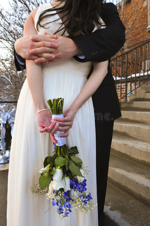 удерживание groom невесты стоковое фото rf
