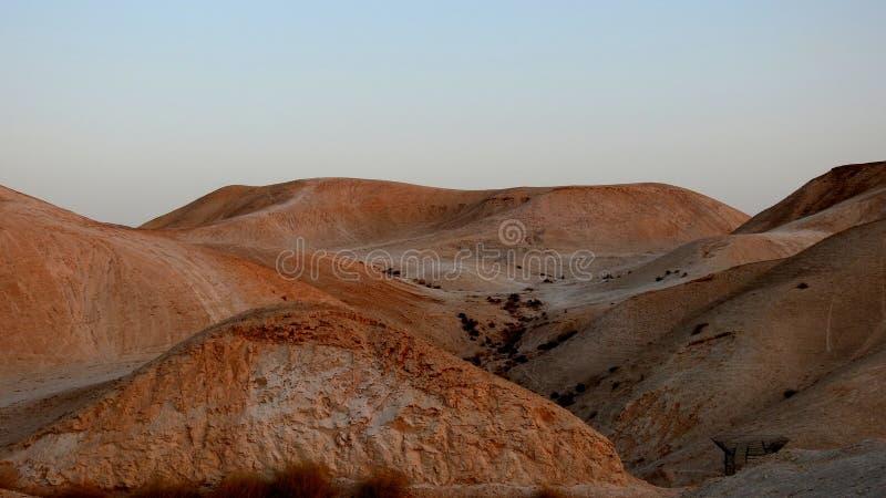 Удивительно красивая горная пустыня вдоль дороги вдоль Мертвого моря Израиль стоковые изображения rf