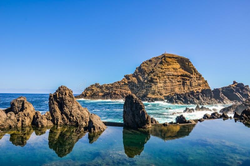Удивительные природные бассейны в Атлантическом океане, остров Мадейра, Португалия Сделано из вулканического камня, в который теч стоковое фото rf