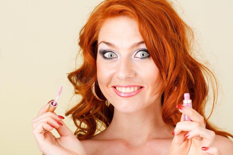 удивленная губная помада девушки стоковое фото rf