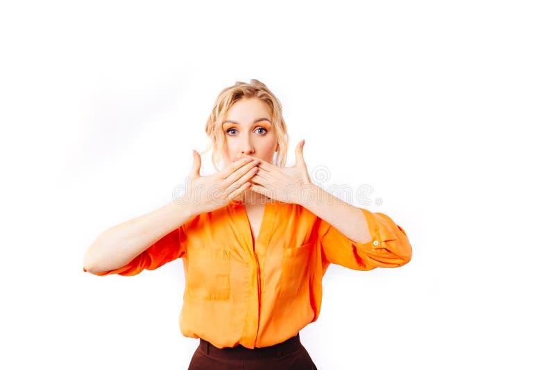 Удивленная девушка в оранжевой блузке стоковые изображения
