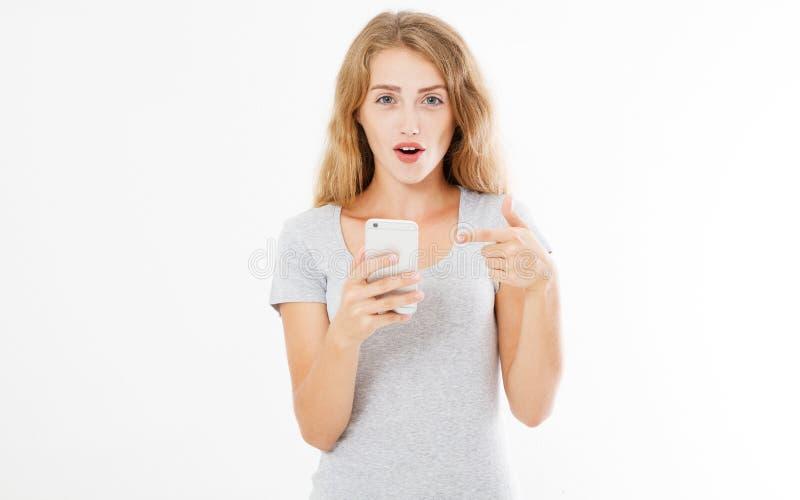 Удивленная женщина в футболке изолированной на белизне стоковое фото rf