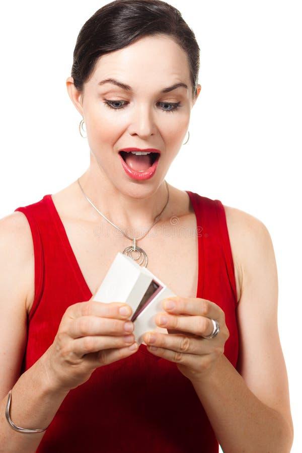 Удивленная женщина раскрывая коробку jewelery стоковые изображения