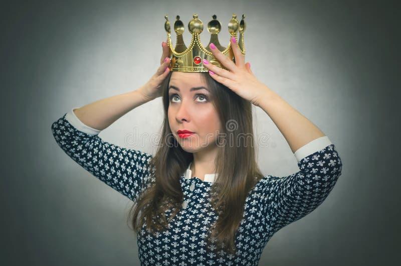 Удивленная женщина с золотой кроной Первая концепция места стоковые фотографии rf