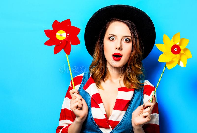 Удивленная женщина с pinwheel стоковые фото