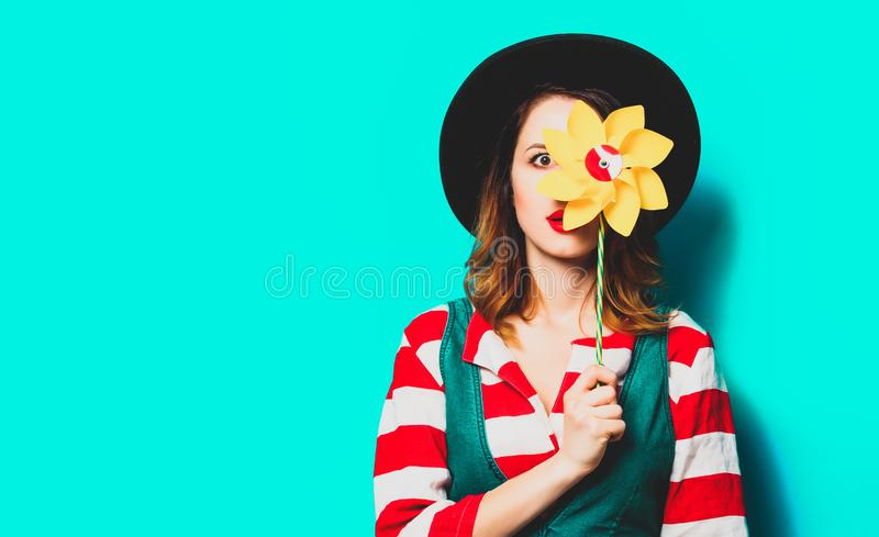 Удивленная женщина с pinwheel стоковые изображения rf