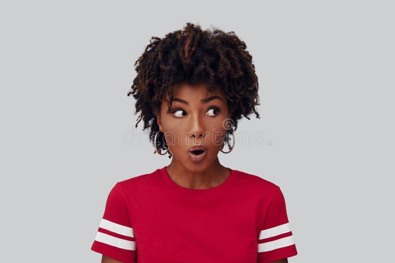 Удивленная молодая африканская женщина стоковая фотография