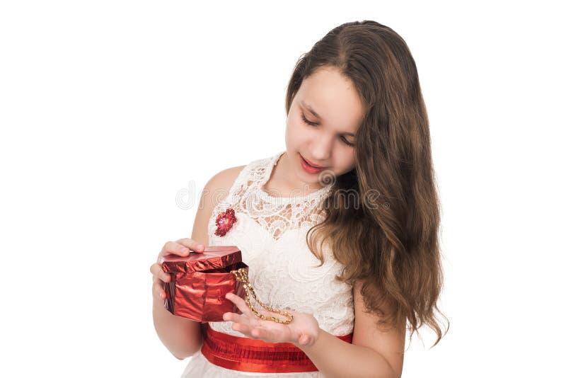 Удивленная подарочная коробка девочка-подростка открытая красная, из стоковая фотография rf