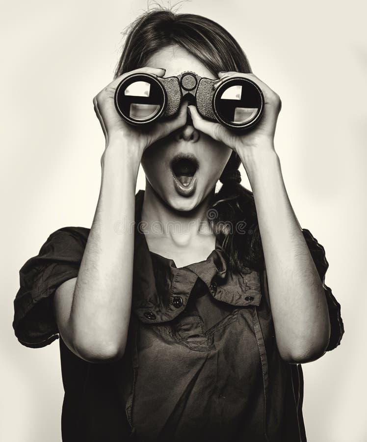 Удивленная предназначенная для подростков девушка с биноклями стоковая фотография rf