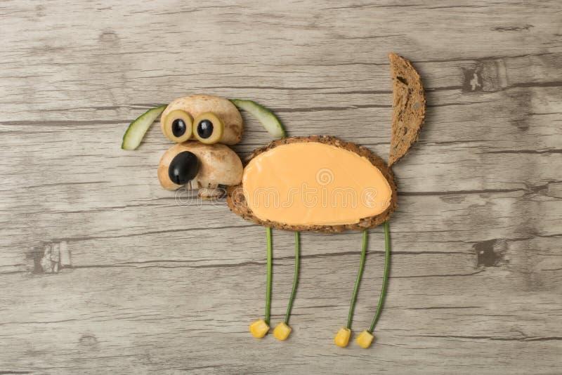Удивленная собака сделанная с хлебом стоковые фото
