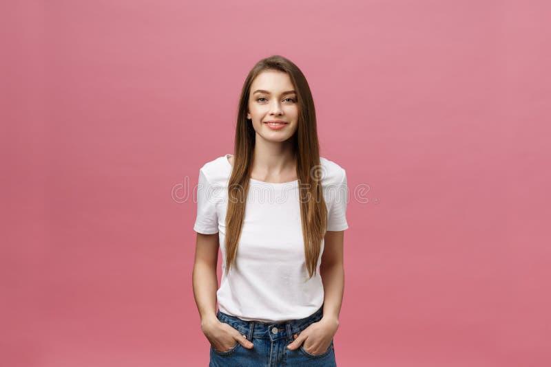 Удивленная счастливая красивая женщина смотря в ободрении Изолят над розовым космосом предпосылки и экземпляра стоковая фотография