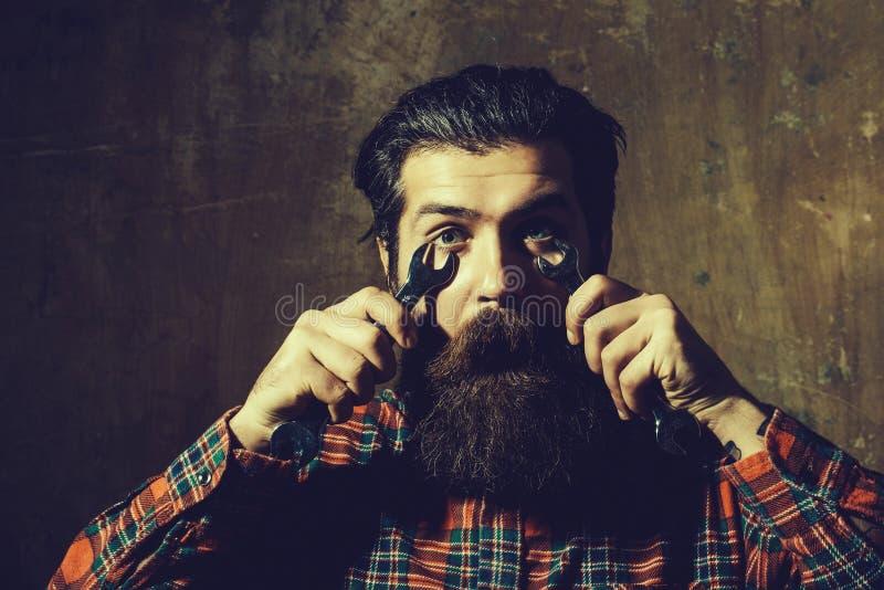 Удивленное бородатое крепление человека наблюдает с ключами стоковые фотографии rf