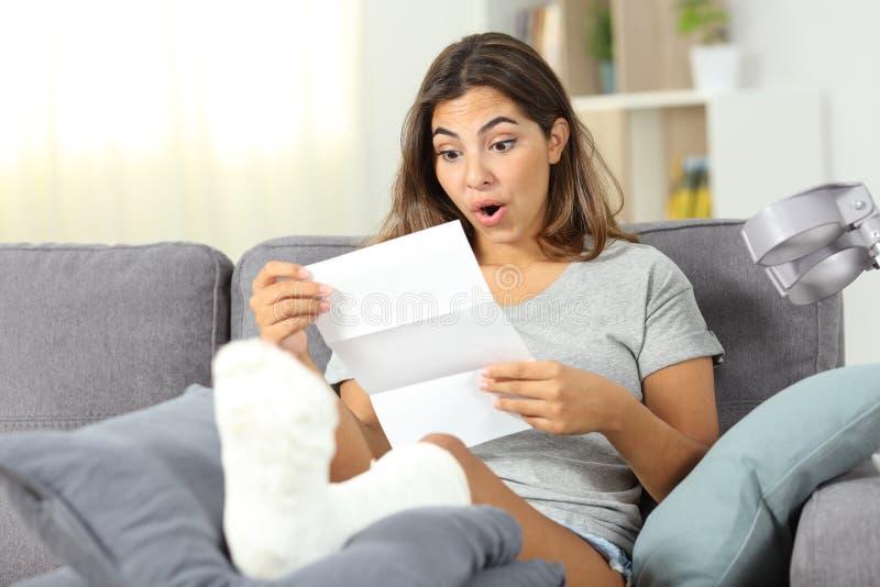 Удивленное неработающее уведомление чтения девушки стоковое изображение rf