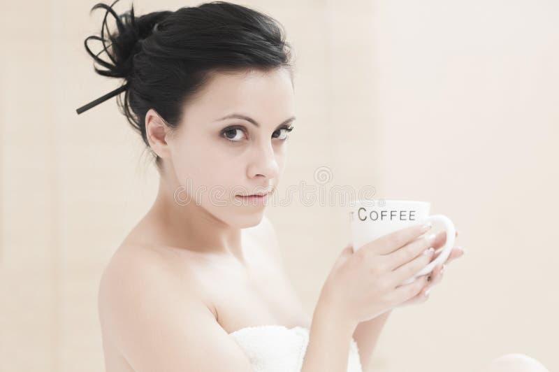 удивленный выпивать кофе стоковое фото rf