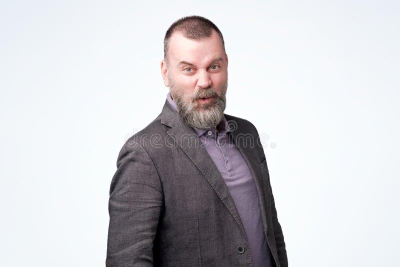 Удивленный или смущенный человек среднего возраста в куртке стоковые фотографии rf