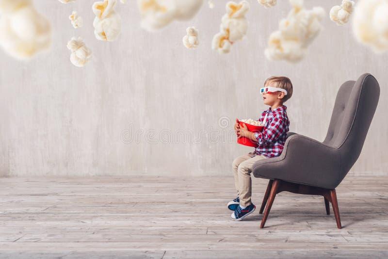 Удивленный маленький зритель с попкорном стоковые фотографии rf
