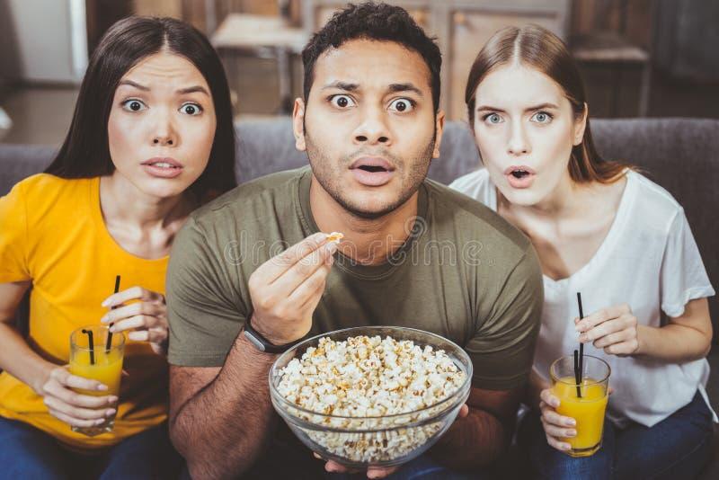 Удивленный международный человек смотря фильм стоковые изображения