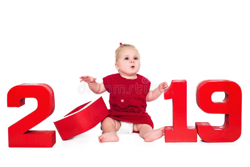 Удивленный милый ребенок с красные 2019, изолированные над белой предпосылкой стоковое изображение rf