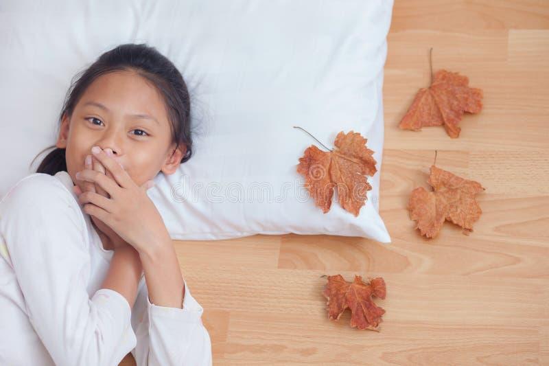Удивленный рот заволакивания девушки кричащий ее руки В острословии утра стоковое изображение