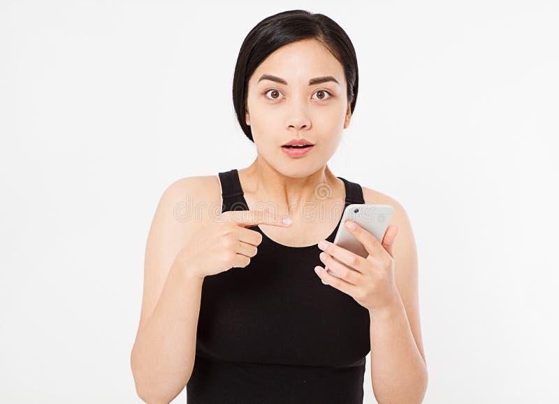 Удивленный, сексуальный азиат, корейский мобильный телефон владением женщины изолированный на белой предпосылке, космосе экземпля стоковое фото rf