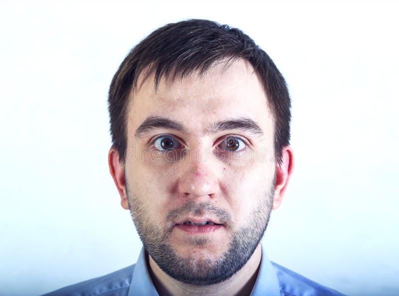 Удивленный человек с бородой с глазой навыкате, закрывает вверх по портрету стоковые изображения rf