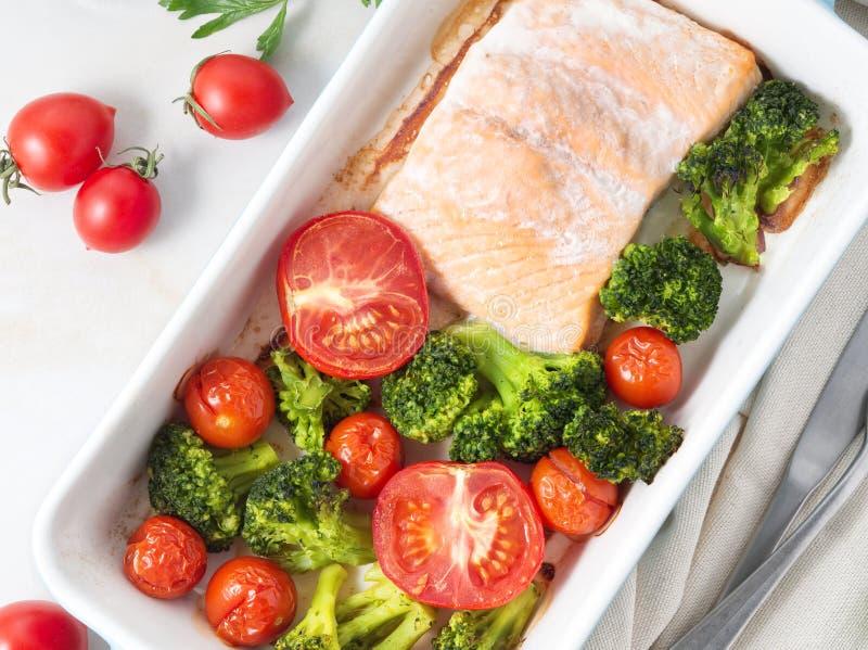 Удите семг испеченные в печи с овощами, брокколи Еда здорового питания, белый мраморный фон, взгляд сверху, конец-вверх стоковое изображение
