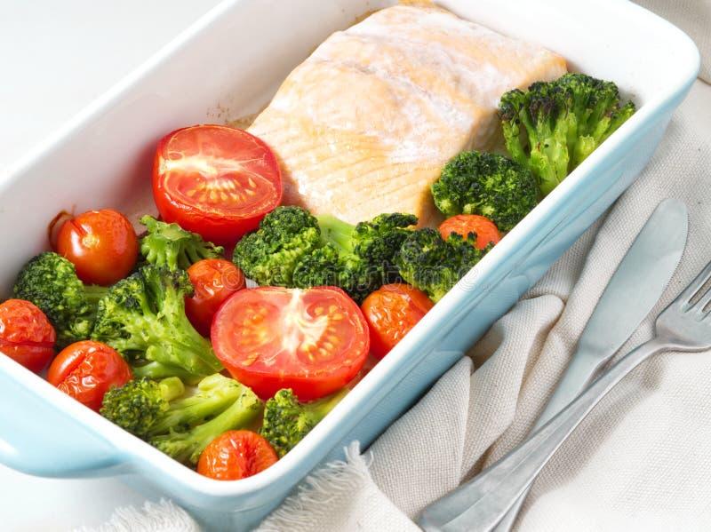 Удите семг испеченные в печи с овощами, брокколи Еда здорового питания, белый мраморный фон, взгляд сверху, конец-вверх стоковая фотография