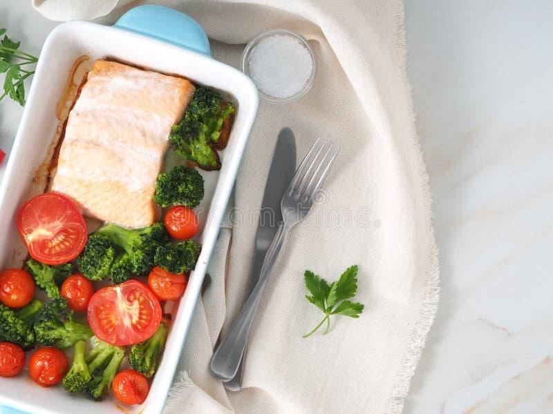 Удите семг испеченные в печи с овощами, брокколи Еда здорового питания, белый мраморный фон, взгляд сверху, конец-вверх стоковые фото
