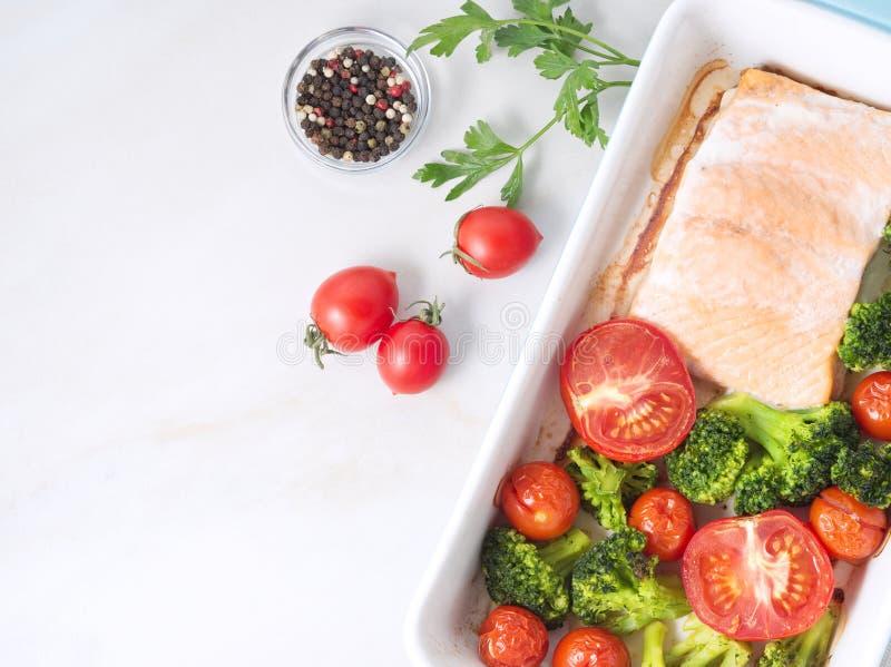 Удите семг испеченные в печи с овощами, брокколи Еда здорового питания, белый мраморный фон, взгляд сверху, конец-вверх стоковые фотографии rf