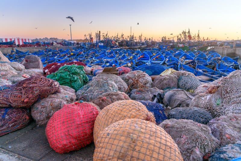 Удите сеть и голубые деревянные рыбацкие лодки в порте, Essaouira, Марокко стоковая фотография rf