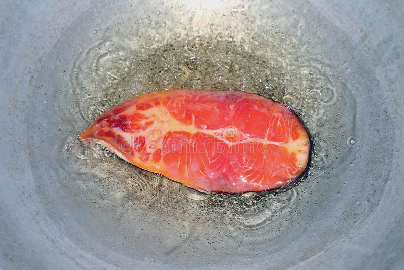 Удите сырцовую часть варя, зажаренные части куска рыб в лотке масла, зажаренной рыбе для диеты, рыбах режа кусок части зажаренный стоковые изображения