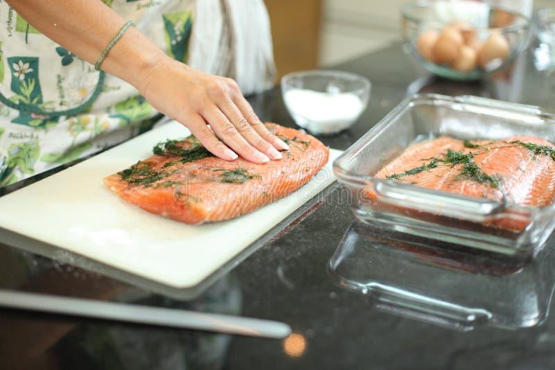 удите marinating семги стоковые фото