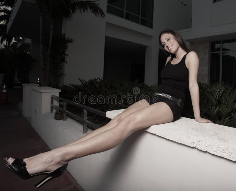 удлинять ее женщину ног длиннюю стоковые изображения rf