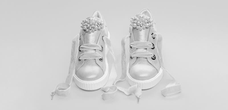 Удобная концепция обуви Обувь для девушек или женщин украшенных с жемчугом отбортовывает Пары бледного - розовые женские тапки стоковое изображение
