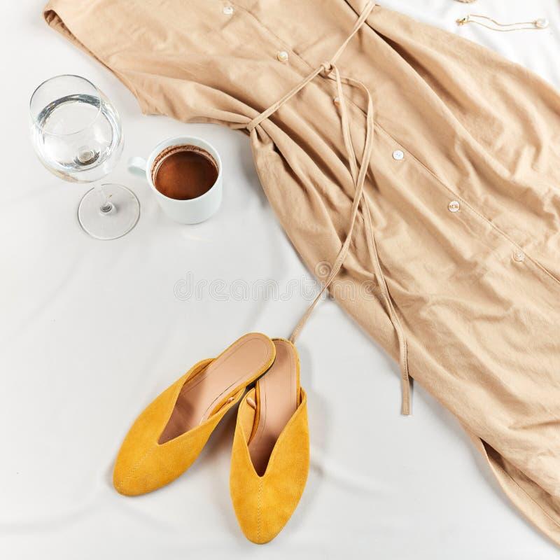 Удобные ботинки и платье на летний отпуск стоковые фото