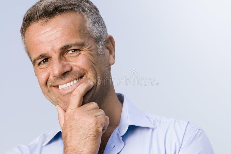 удовлетворенное счастливого человека возмужалое стоковое изображение rf