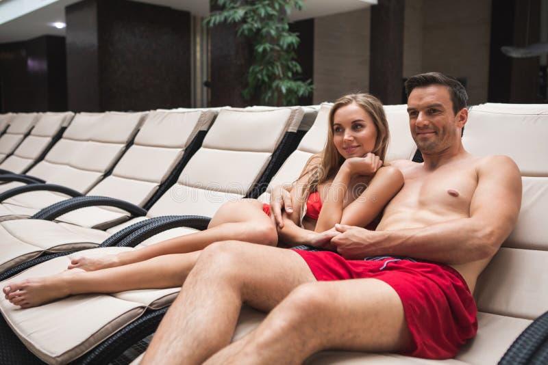 Удовлетворенный человек и женщина имея остатки в курорте стоковые фотографии rf