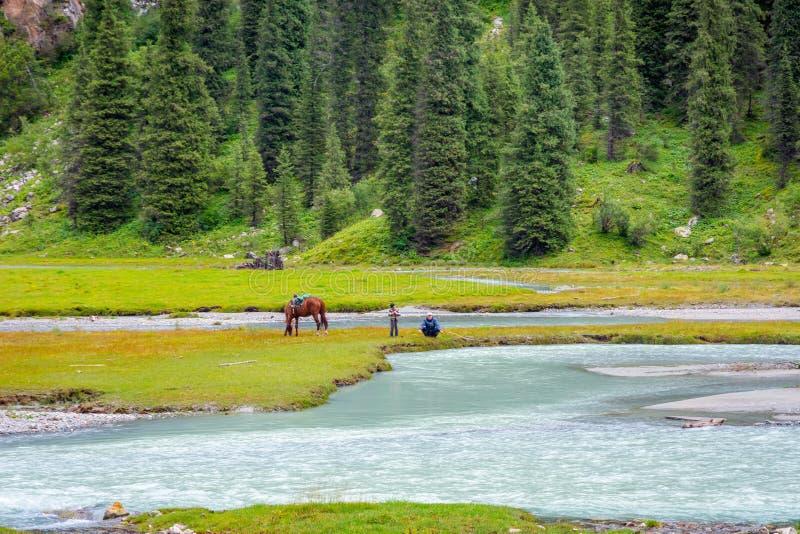 Удящ рекой, Кыргызстан стоковые изображения