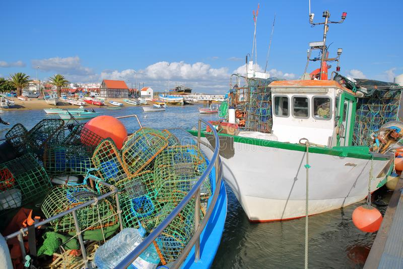 Удя гавань Санта Luzia, расположенная около Tavira, Алгарве, с красочными рыбацкими лодками причаливая вдоль молы и f стоковые фото